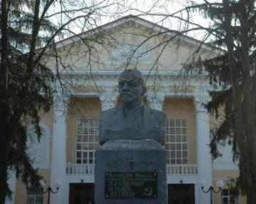 В Сумах решили продать памятник Ленина коммунистам Украины